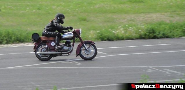 Wiśniowy motocykl w czasie szybkiej jazdy na Super Veteran 2012 w Lublinie