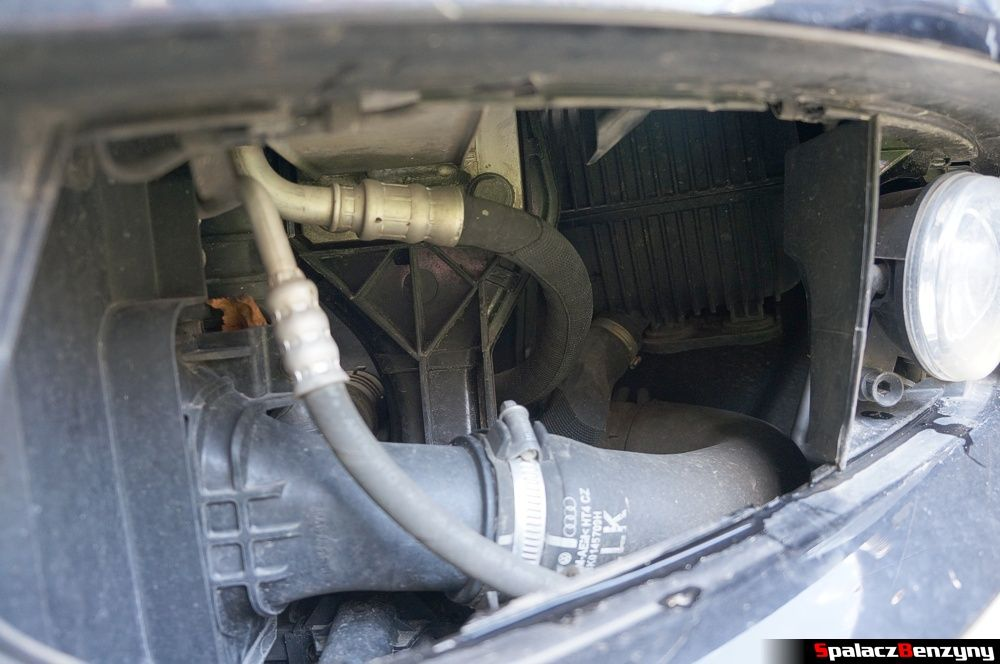 Za lewą osłoną zderzaka w Audi A4