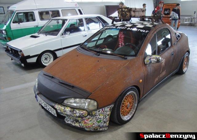 Zardzewiały Opel Tigra na Autosalon 2012 w Lublinie