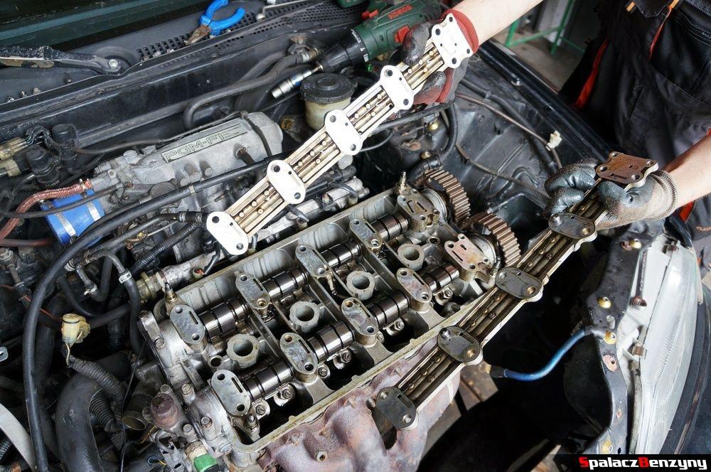 Zdejmowanie osłon wałka rozrządu w Honda Civic