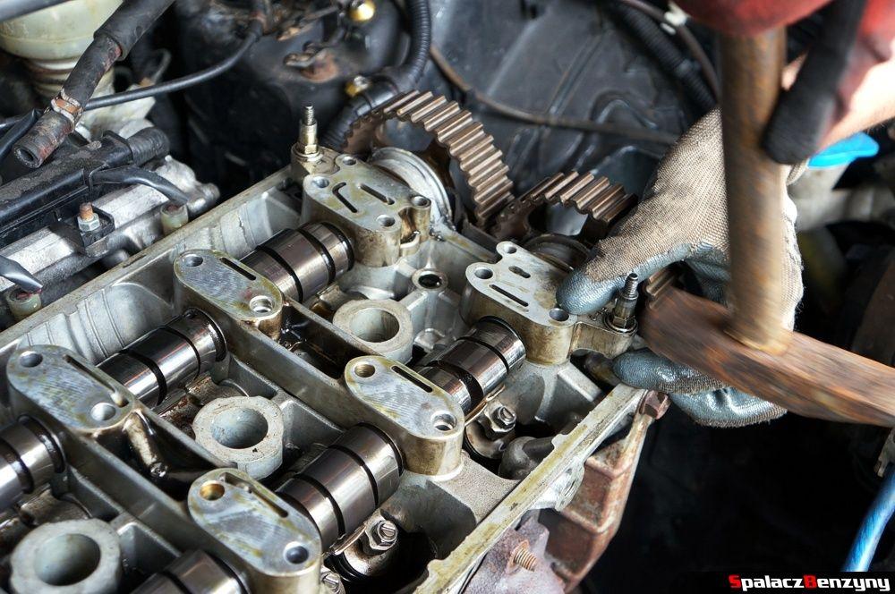 Zdejmowanie uchwytu wałka rozrządu w Honda Civic