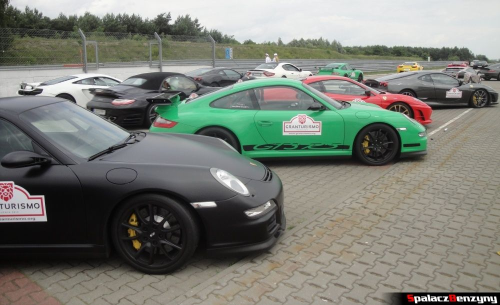 Zielone Porsche i inne auta na torze w Poznaniu na Gran Turismo Polonia 2013