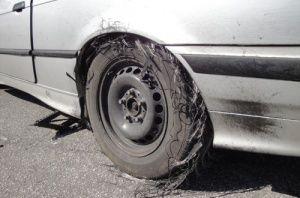Zniszczona opona w BMW 3