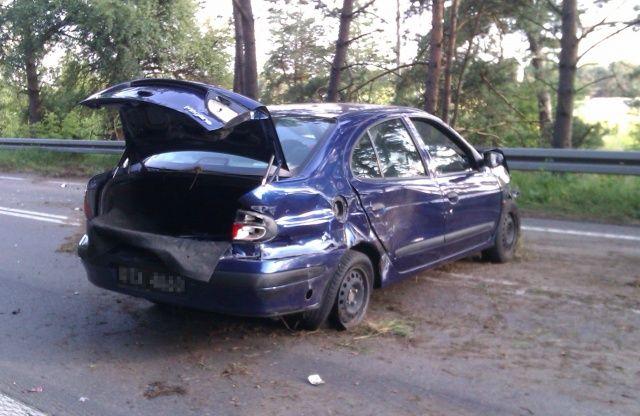 Zniszczone Renault Megane na środku drogi po kolizji