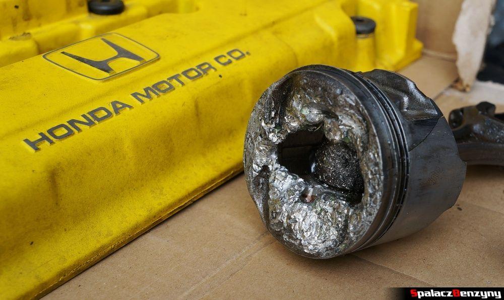 Zniszczony tłok z Honda Civic