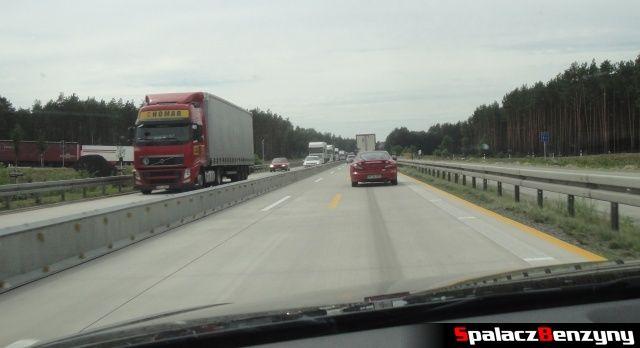 Żółte pasy na niemieckiej autostradzie