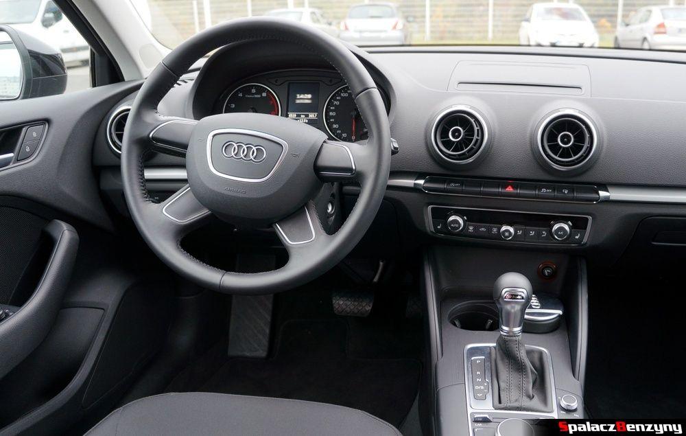 Podstawowa, bezprzyciskowa, 4-ramienna kierownica w Audi A3 1.4 TFSI