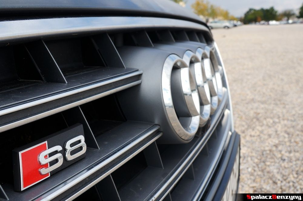 Emblemat S8 na atrapie chłodnicy w Audi S8 4.0 TFSI 2015