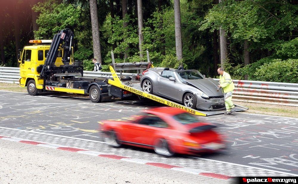 Ładowanie rozbitego samochodu na lawetęna Nurburgring Nordschleife 2015