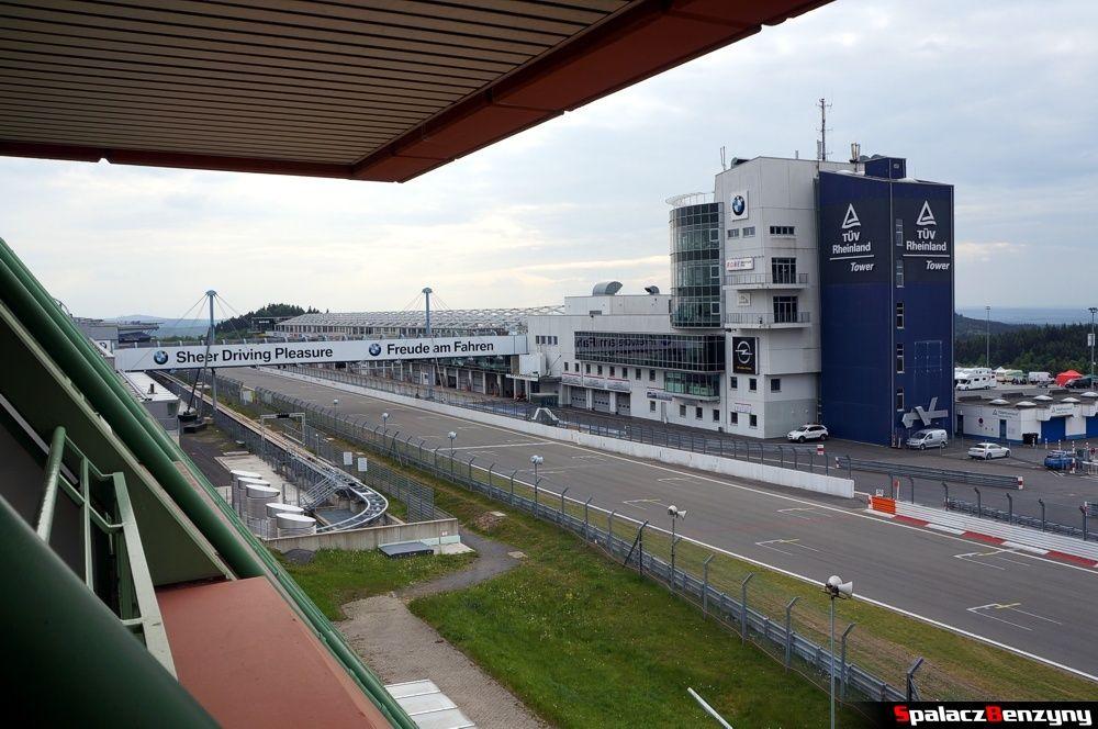 Widok na Nurburgring GP z balkonu Hotelu Dorint Am Nurburgring Hocheifel