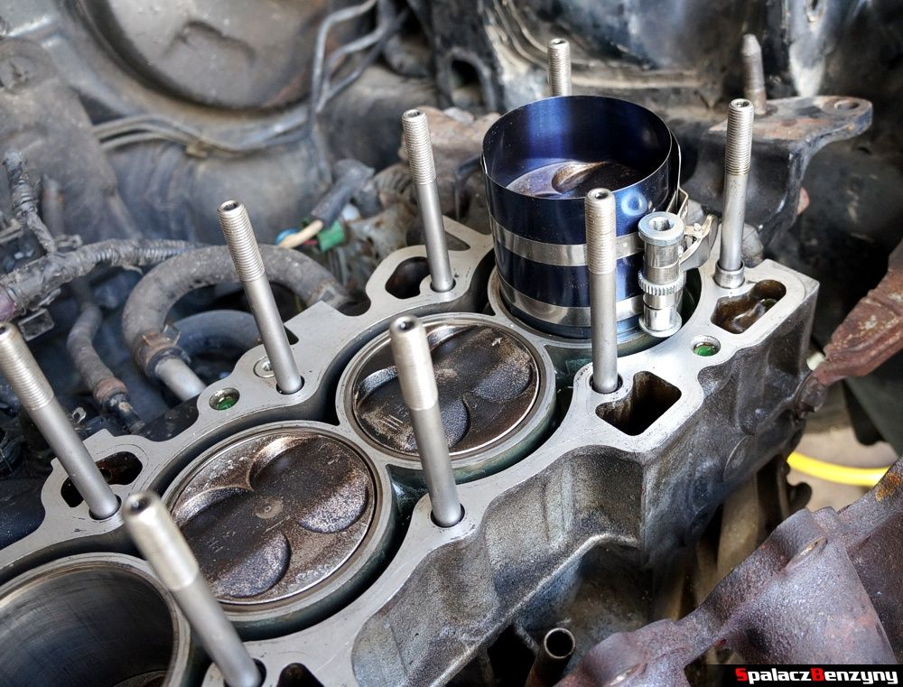 Wsadzanie tłoka remont silnika Honda Civic