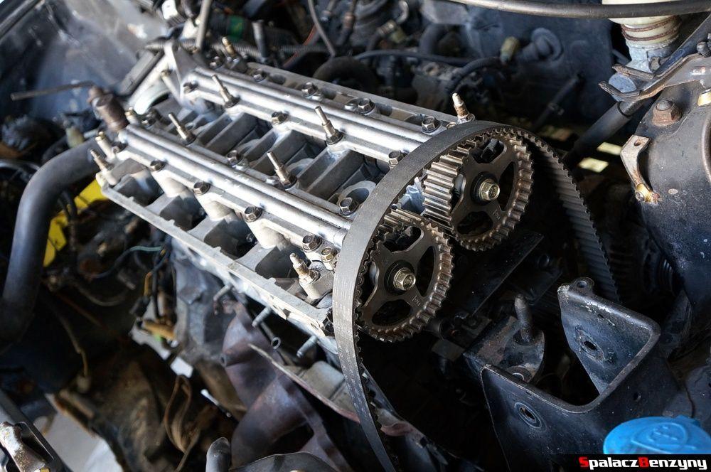 Wałki i osłony są przymocowane remont silnika Honda Civic